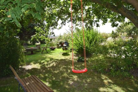 Schaukel und Sitzbank im Garten