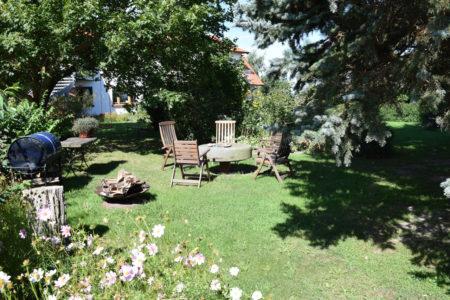 Grillplatz mit Feuerschale im Garten der Ferienwohnung Boddenblick auf Sylt